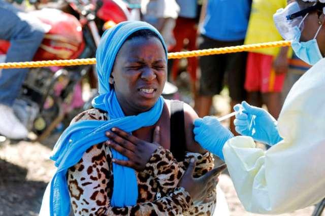 Une jeune femme se fait vacciner contre le virus Ebola à Goma, dans l'est de la République démocratique du Congo, en août 2019.