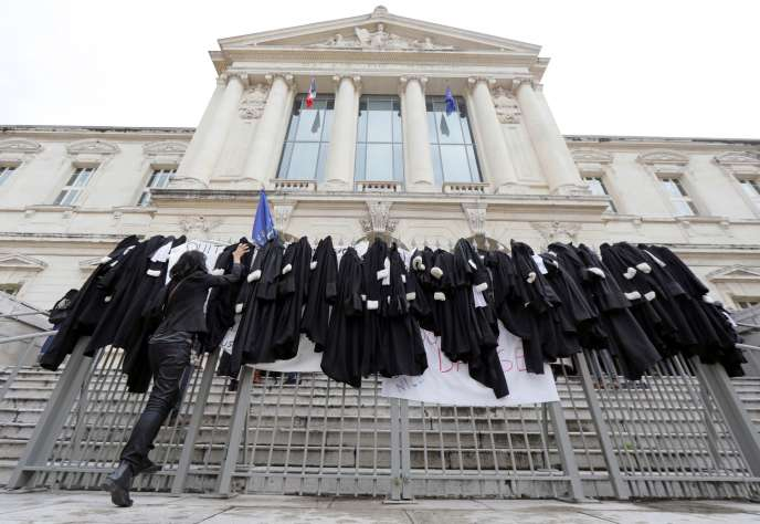 To protest the pension reform, lawyers put their robes on the gates of the courthouse in Nice on January 13.