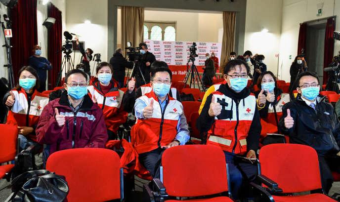Medici, dalla Croce Rossa cinese, che al loro arrivo a Roma, il 13 marzo.