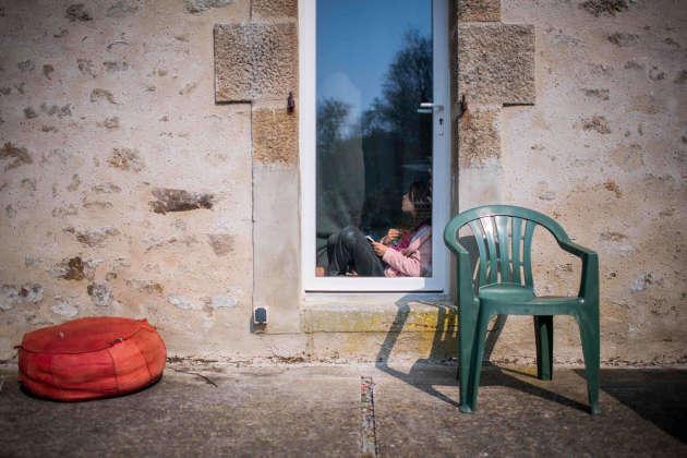 Scène de lecture en confinement, le 28 mars à Lavau-sur-Loire (Loire-Atlantique).