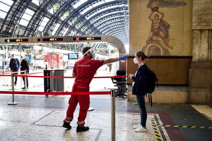 Il controllo della temperatura di un passeggero alla stazione ferroviaria di Milano, il 3 giugno del 2020.