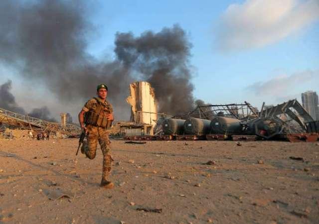 Un soldat libanais sur les lieux de l'explosion, dans le port de Beyrouth, mardi 4 août.