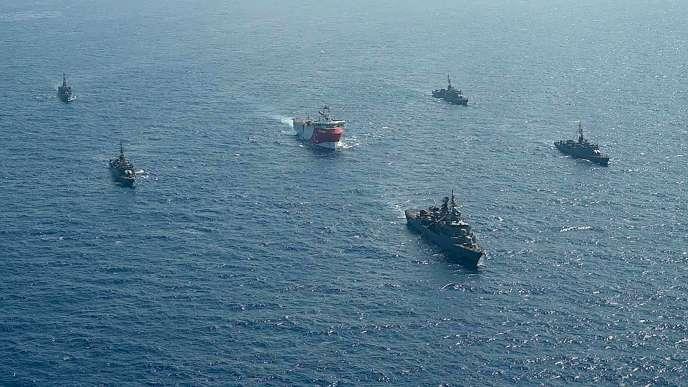 Un navire d'exploration gazière turc encadré par des navires militaires, dans les eaux militaires grecques, le 12août.