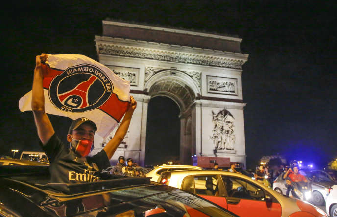 Sur les Champs-Elysees, à Paris, après la victoire du PSG mardi 18 août en demi-finales de Ligue des champions contre Leipzig.