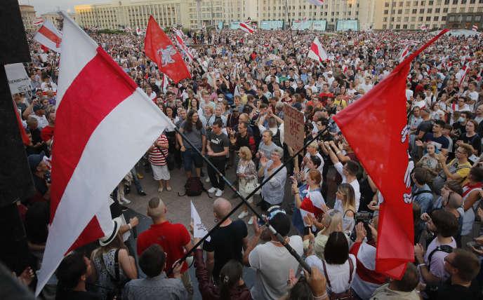 Des opposants biélorusses lors d'une manifestation contre le gouvernement, à Minsk, le 18 août 2020.