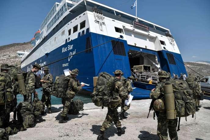 Des soldats grecs dans le port de la petite île grecque de Kastellorizo, à deux kilomètres au large de la côte sud de la Turquie.