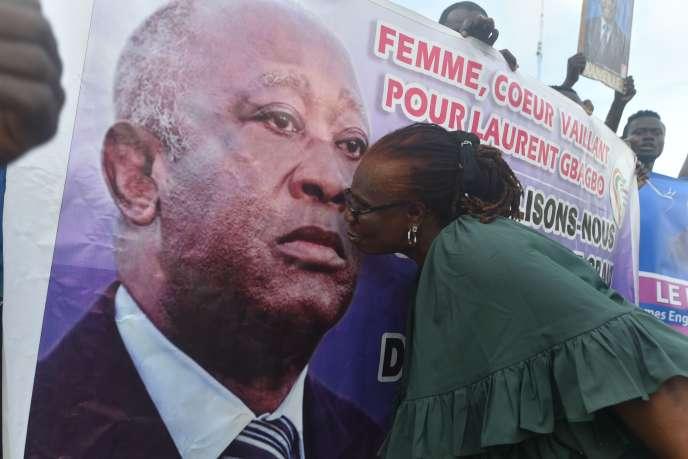Une banderole de l'ancien président ivoirien Laurent Gbagbo, président du Front populaire ivoirien (FPI), à Abidjan, le 31août2020.