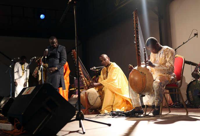 Sidiki Diabaté (à droite) en compagnie de son père Toumani Diabaté (au centre), lors du festival Acoustik de Bamako, le 27 janvier 2016.