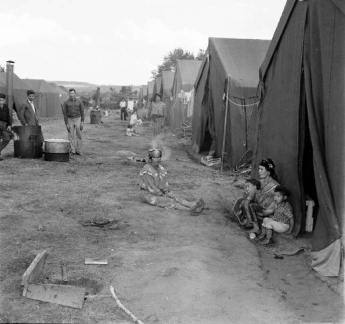 Des tentes plantées sur le terrain militaire de Bourg-Lastic (Puy-de-Dôme) où furent hébergés entre juin et septembre 1962 les Harkis et leurs familles, en 1962.