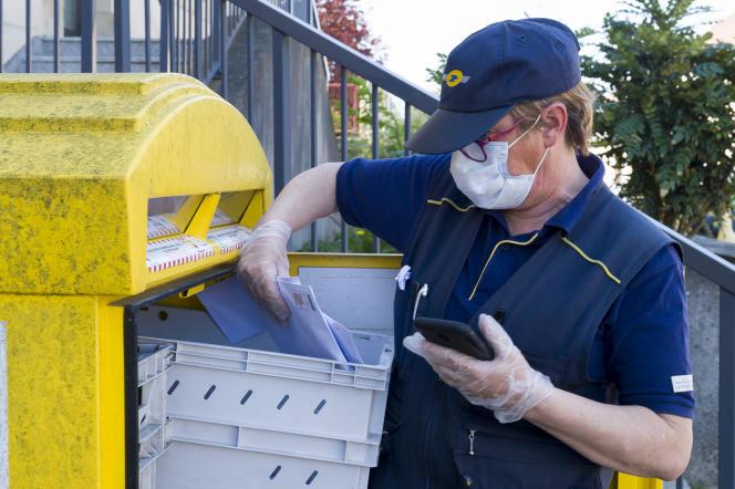 https www lemonde fr economie article 2020 10 08 la poste fait face a l effondrement de son activite courrier 6055232 3234 html