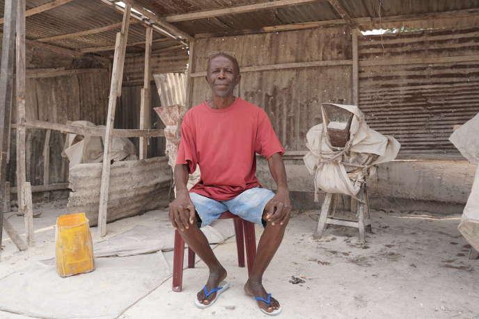 Camille Bosedi devant son moulin électrique à Kinkole, une commune de Kinshasa, en octobre 2020.