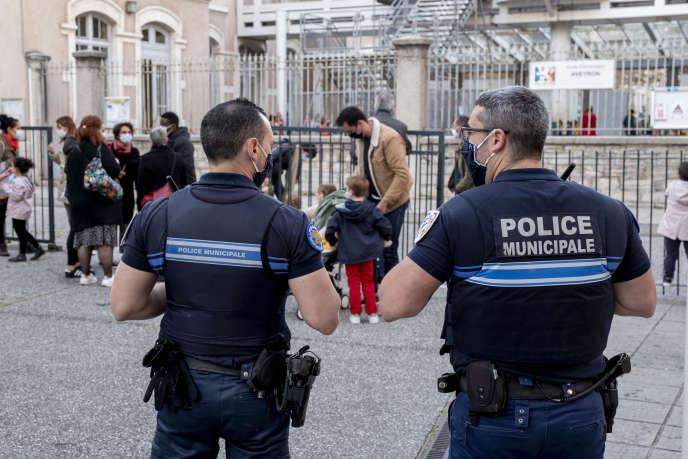 Des policiers municipaux, à Lyon, le 2novembre2020. A Paris,Anne Hidalgo souhaite que les futurs policiers municipaux ne disposent pas d'arme à feu.