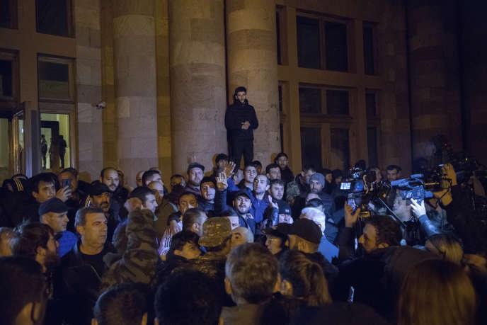 Après l'annonce d'accord de paix, quelques milliers d'Arméniens ont manifesté leur désaccord place de la République, à Erevan, le 9 novembre.
