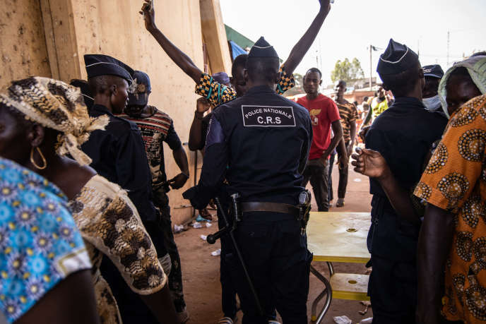 Des policiers contrôlent des partisans de Zéphirin Diabré, candidat à l'élection présidentielle, lors d'un meeting à Ouagadougou, le 15novembre 2020.