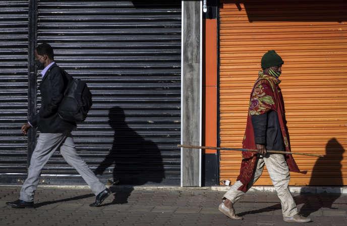 Des Ethiopiens marchent le long d'une rue du quartier Piazza, à Addis-Abeba, le 13 novembre.
