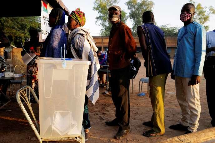 File d'attente devant un bureau de vote de Ouagadougou, la capitale du Burkina Faso, à l'occasion des élections présidentielle et législatives le 22 novembre 2020.