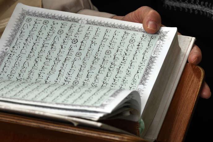 Lecture du Coran à la mosquée Ennidal à Alger, en février 2015.