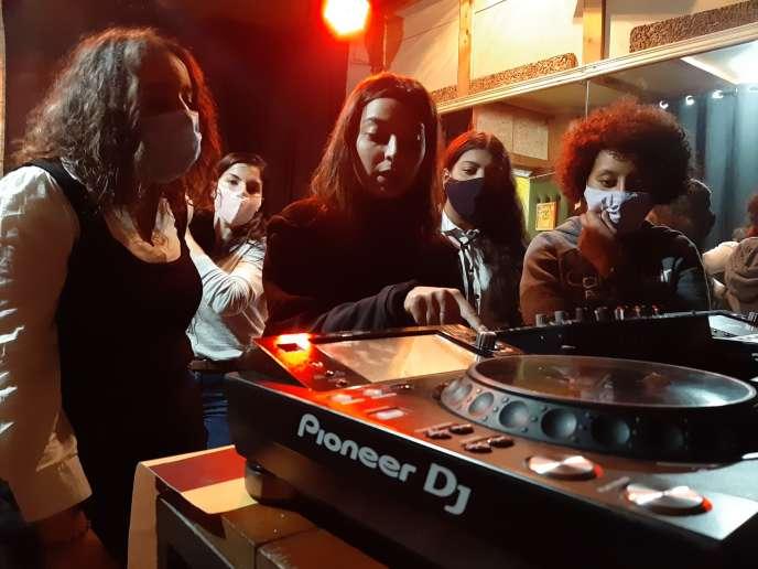 Set de démonstration à La Fabrique Art Studio pour ces jeunes femmes qui souhaitent s'initier au DJing à Tunis, en novembre 2020.