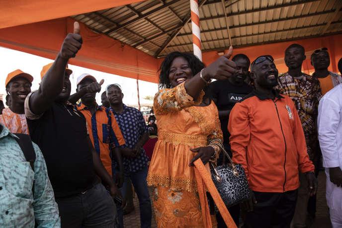 Des partisans du président sortant, Roch Marc Christian Kaboré, fêtent sa réelection, le 26 novembre àOuagadougou (Burkina Faso).
