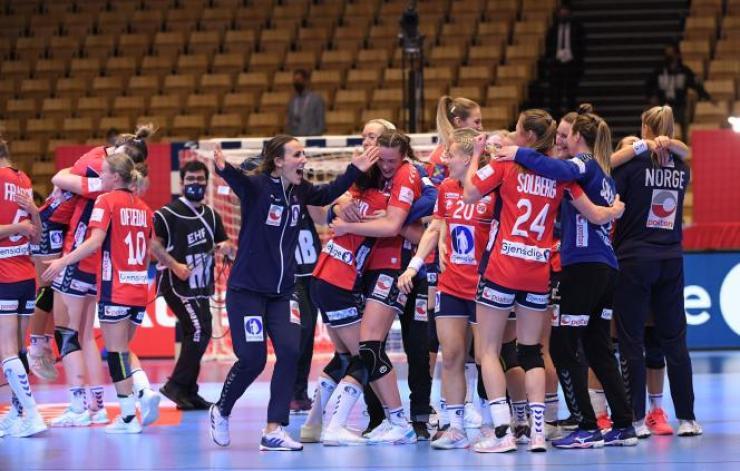 La joie des Norvégiennes après leur victoire à l'Euro, face aux Bleues.