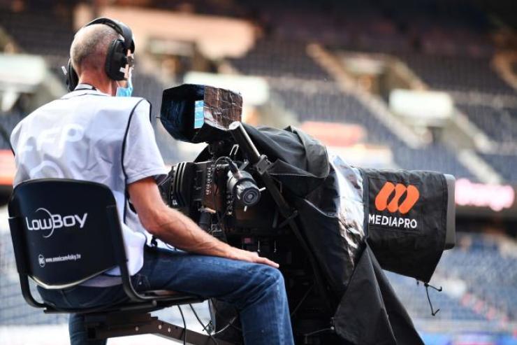 Un cadreur du groupe espagnol Mediapro, dont le retrait vient d'être validé par le tribunal de Nanterre, avant le match de Ligue 1 opposant le Paris-Saint-Germain (PSG) à l'Olympique de Marseille (OM), le 13 septembre à Paris.