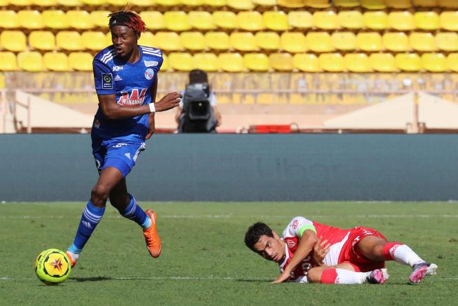 Le défenseur franco-guinéen de Strasbourg Mohamed Simakan (à gauche) lors d'une rencontre face à Monaco, dans la principauté, en septembre 2020.