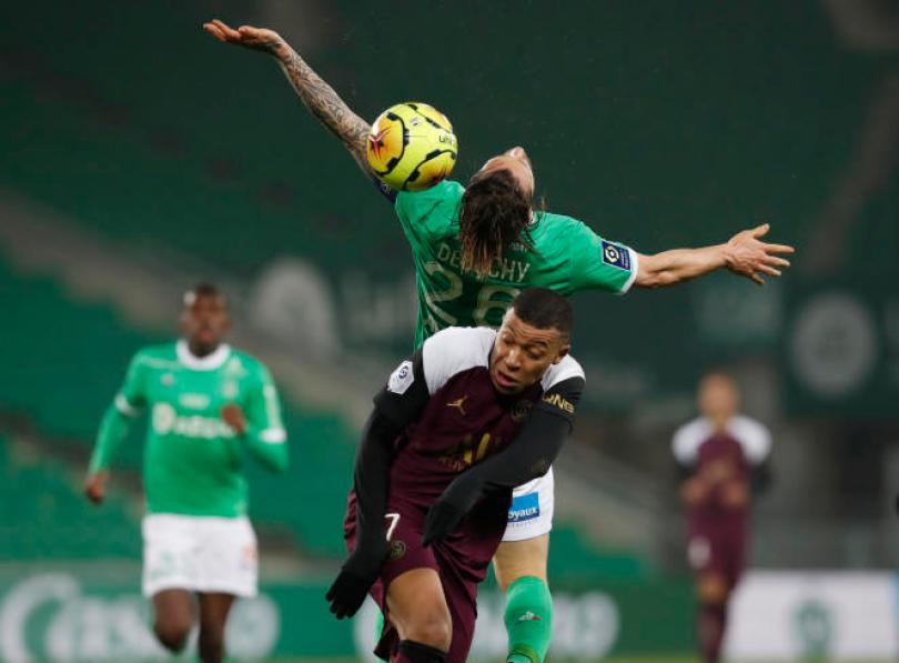 Kylian Mbappe et Mathieu Debuchy, lors de la rencontre entre le Paris-Saint-Germain et Saint-Etienne, le 6 janvier, au stade Geoffroy-Guichard.
