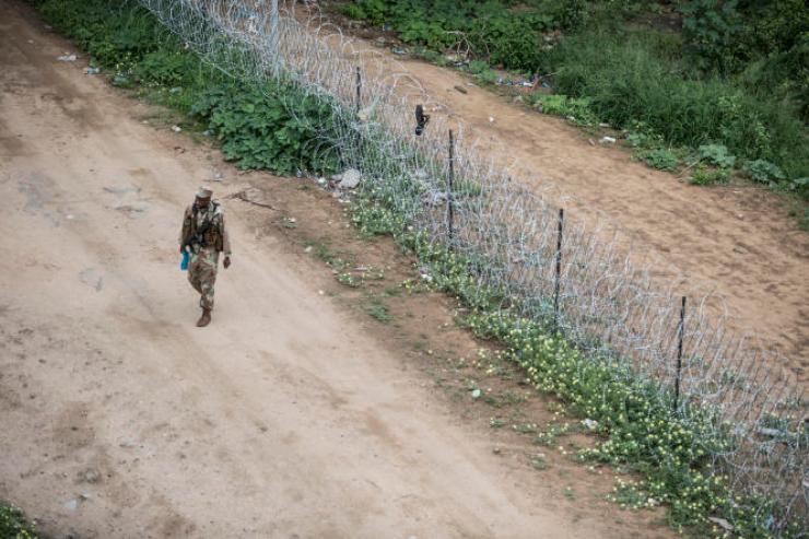 Un militaire sud-africain à la frontière avec le Zimbabwe, le 8janvier 2021.