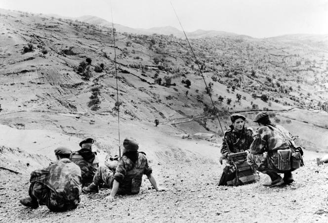 Des parachutistes dans les montagnes près de Palestro, en mai 1956, pendant la guerre d'Algérie.