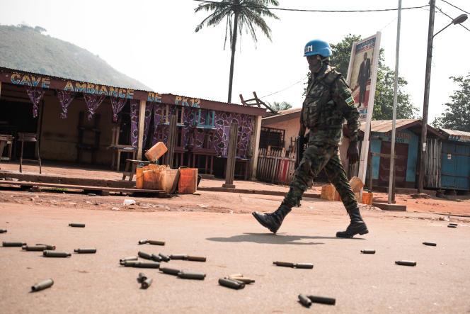 Un casque bleu de la Minusca patrouille dans le quartier PK12, en périphérie de Bangui, après l'offensive de rebelles sur la capitale centrafricaine, le 13janvier 2021.