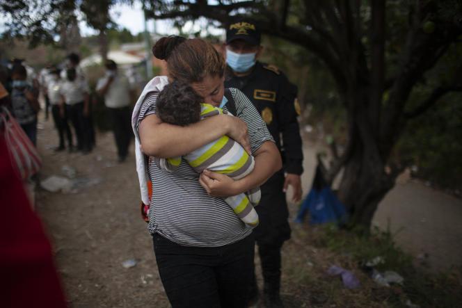 Une femme et son fils dans la caravane des migrants honduriens sur l'autoroute de Vado Hondo, au Guatemala, le 18 janvier 2021.