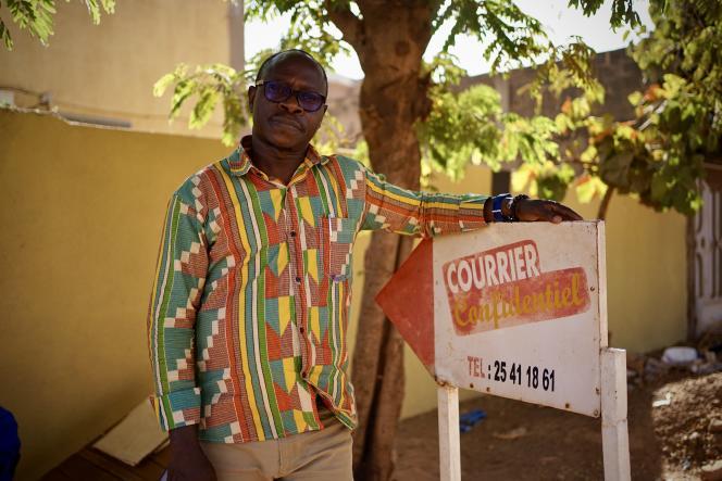 Yacouba Ladji Bama, rédacteur en chef du journal d'investigation « Courrier Confidentiel », le 14 janvier 2021 devant les locaux de la rédaction à Ouagadougou.