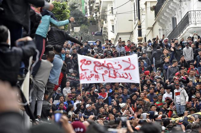 Les manifestants, brandissant un panneau qui dit «non à la normalisation avec le régime», se rassemblent pour marquer le deuxième anniversaire du Hirak dans la capitale, Alger, le 22février2021.