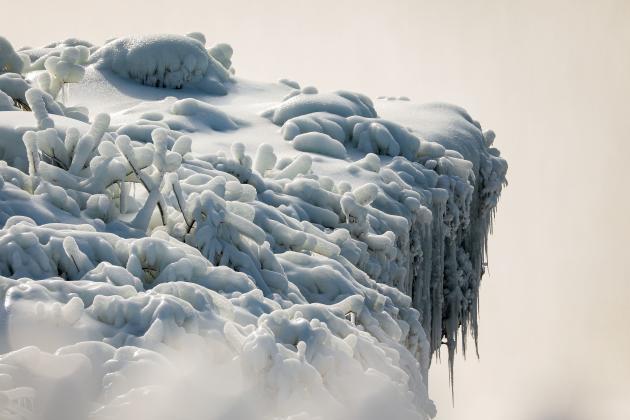 Rebord gelé des chutes d'eau du Fer à cheval (ou « chutes canadiennes») sur le Niagara, aux Etats-Unis, le 21 février 2021.