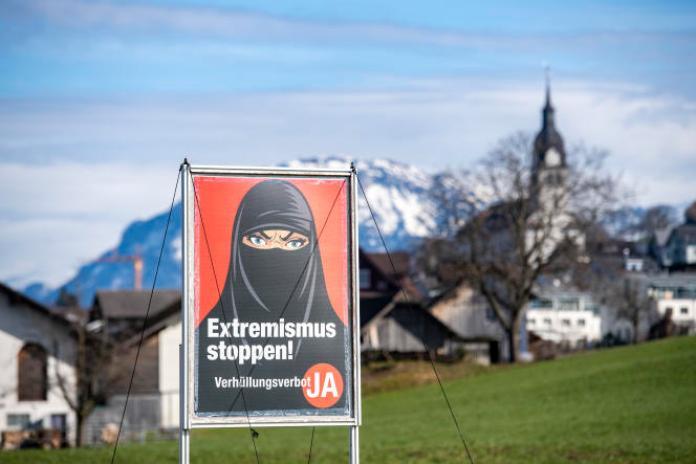 Une affiche appelant à voter pour lebannissement de «la dissimulation du visage» dans les lieux publics à Buochs (Suisse), le 16 février.
