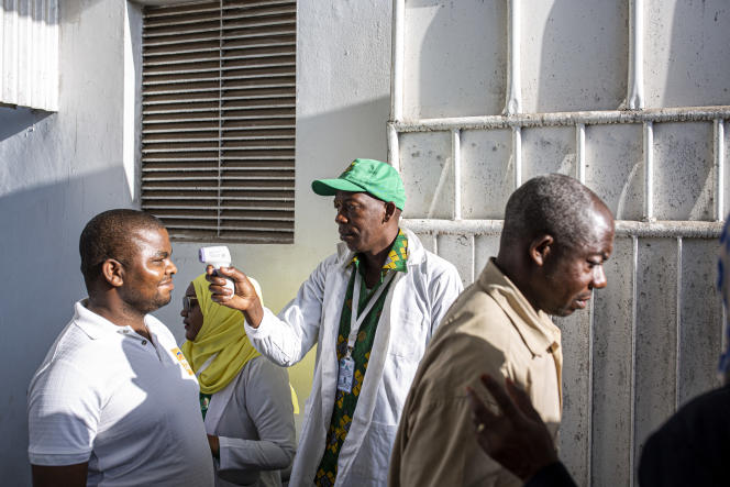 Contrôle de température au stade d'Amaani, à Zanzibar, le 2novembre 2020.