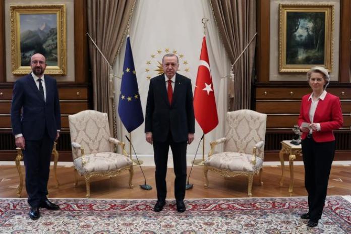 Les responsables européens, Charles Michel, etUrsula von der Leyen,en visite au palais présidentiel deRecep Tayyip Erdogan, le 6 avril à Ankara.