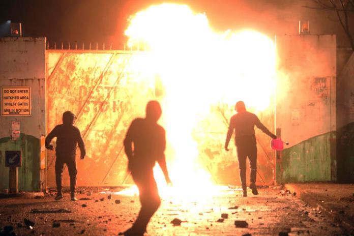 Les incidents en Irlande du Nord font resurgir le spectre des trois décennies sanglantes des«troubles»entrerépublicains etunionistes, qui ont fait 3500morts.
