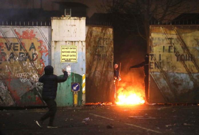 Affrontements entre nationalistes et loyalistes, au mur de la paix sur Lanark Way, dans l'ouest deBelfast, en Irlande du Nord,le 7 avril 2021.