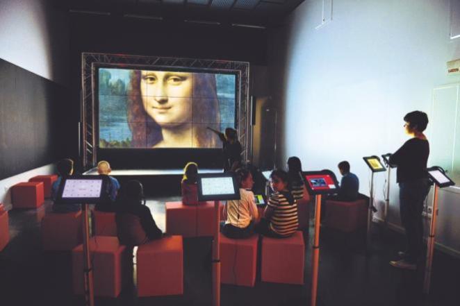 Des enfants visitent le musée numérique à la Micro-Folie de Lille.