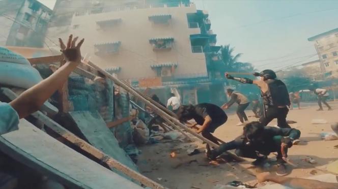 Face-à-face violent et déséquilibré entre les lance-pierres des manifestants et les tirs à balles réelles des forces de l'ordre, à Rangoun, en avril.