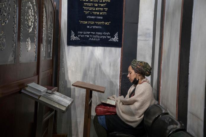 Devant le cénotaphe d'Abraham, dans le caveau des Patriarches, à Hébron (Cisjordanie), le 12 avril.