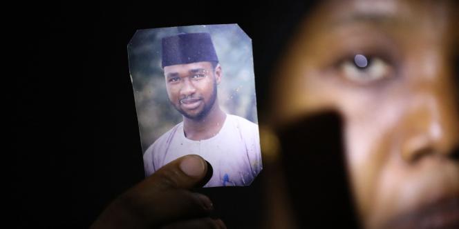 Amina Ahmed, l'épouse de Mubarak Bala, un militant athée qui a été accusé de blasphème, montre la photo de son mari à leur domicile d'Abuja, au Nigeria, le 11 mars 2021.