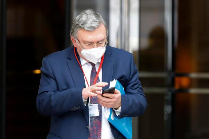 L'ambassadeur russe Mikhaïl Oulianov quitte le Grand Hotel de Vienne, Autriche, le 27 avril.