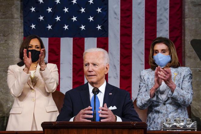Le président américain, Joe Biden, s'adresse au Congrès le 28 avril, entouré de Kamala Harris et Nancy Pelosi.