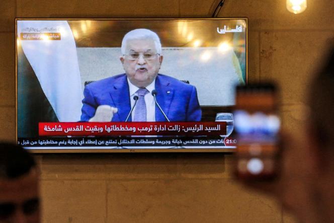 Le 29 avril, à Hébron, en Cisjordanie, retransmission télévisée du discours du président palestinien Mahmoud Abbas annonçant le report des élections législatives prévues le 22 mai.