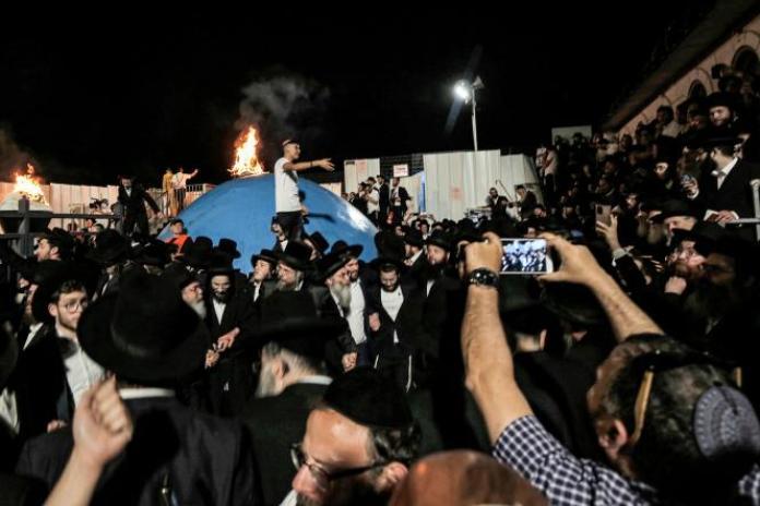 Des juifs ultra-orthodoxes rassemblés autour d'un feu de joie sur la tombe du rabbin Shimon Bar Yochai, au mont Meron, dans le nord d'Israël le 29avril.