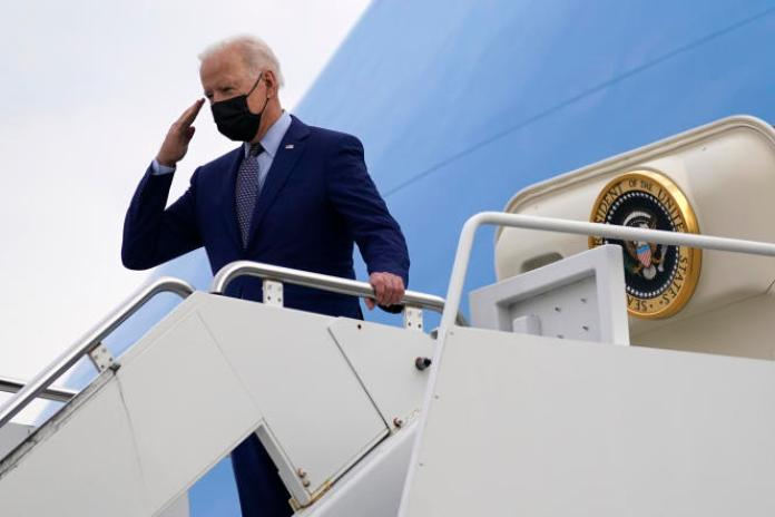Le président Joe Biden en Géorgie, alors qu'il monte à bord d'Air Force One pour retourner à Washington, le 29avril.