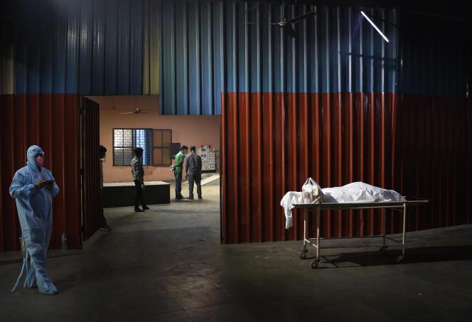 Le corps d'une victime du Covid-19 dans l'attente d'une crémation, à New Delhi, le 19 avril 2021.