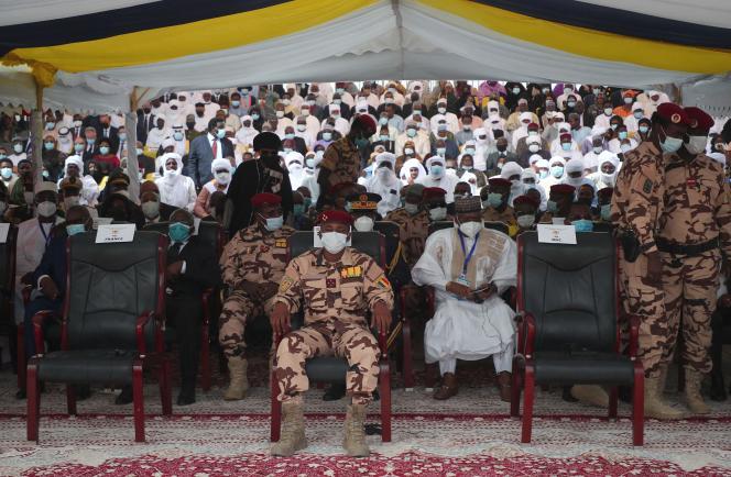 Le général Mahamat Idriss Déby Itno (au premier plan), lors des funérailles de son père,Idriss Déby Itno, le 23 avril àN'Djamena, au Tchad.